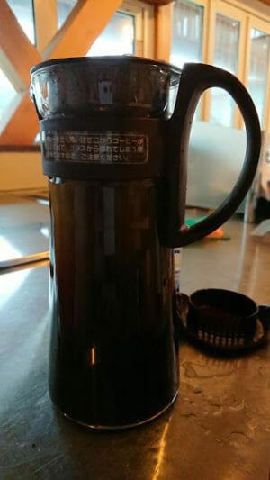 ハリオの水出しコーヒーポットに水を注ぐ