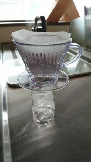 アイスコーヒーをドリップ急冷して作りましたーグラスに氷をいれます。