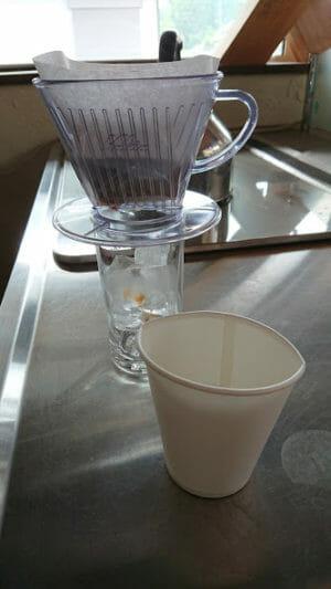 アイスコーヒーをドリップ急冷して作りましたー紙コップを使ってお湯を注ぎます。