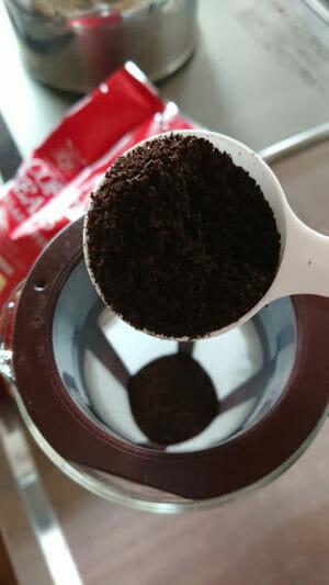 水出しコーヒーの作り方アイスマンデリンの粉を入れる1