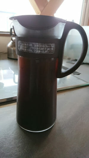 水出しコーヒーの作り方Bitterなアイスコーヒーの粉をいれるて水を注ぐ