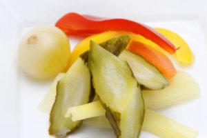 """<span class=""""title"""">夏バテ対策きゅうりとトマトで浅漬けを作っています。</span>"""