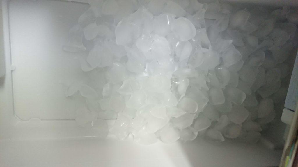 冷蔵庫MR-B46Dの自動製氷機【年に1~2度】のお手入れで製氷皿を取り外して洗います。