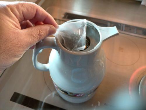 黒番茶をポットに入れる